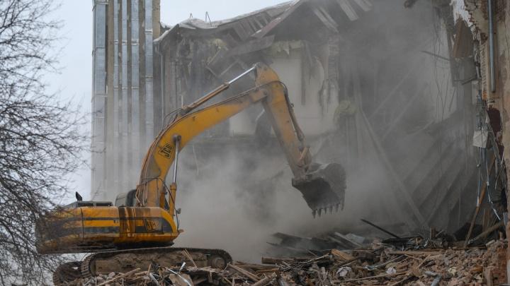 Что осталось от огромного конструктивистского здания на ВИЗе.По документам на участке можно строить жилье