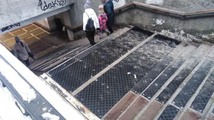После несчастного случая на лестнице перехода в центре Челябинска уложили противоскользящие коврики