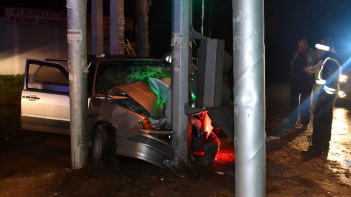 В Уфе ВАЗ-2114 врезался в столб: из искореженной машины водителя доставали спасатели