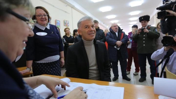 Олег Газманов проголосовал в Красноярске и заявил, что привез «ясные дни»