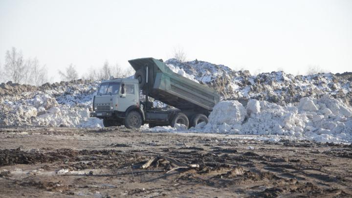 «Нанесёт непоправимый ущерб»: челябинцев возмутила свалка грязного снега на берегу озера