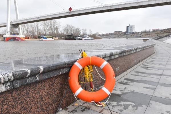 После недавней трагедии, унесшей жизнь 20-летнего тюменца, на набережной появились стойки со спасательными кругами