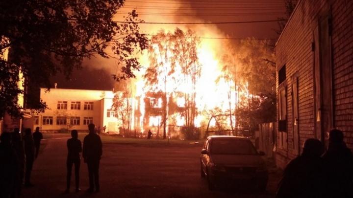 Ночью пожарные спасли от огня школу на Варавино-Фактории
