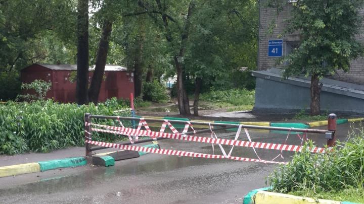 Шлагбаум во дворах на Блюхера рассорил соседей из двух домов