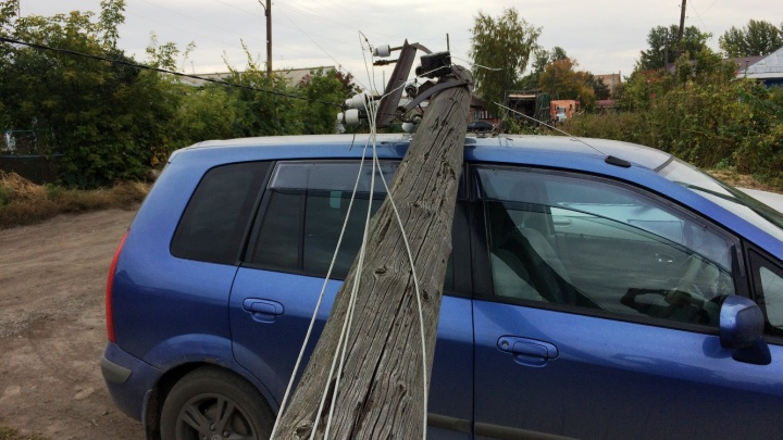 В Амуре мусоровоз уронил столб на легковой автомобиль