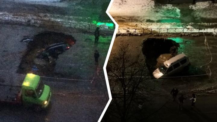 В Рыбинске за одну ночь в котлован на дороге провалились две легковушки