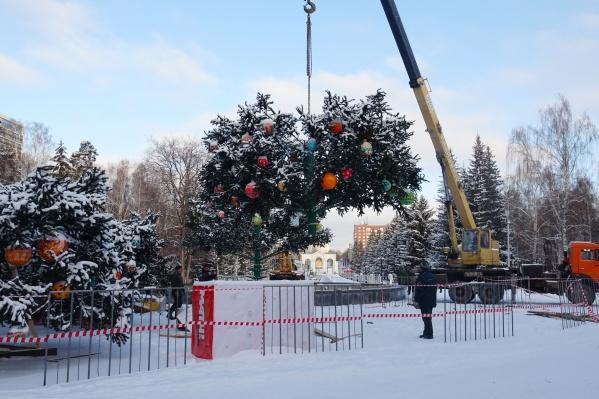 Появилось сообщение, что мужчина, украшая елку в ЦПКиО, сорвался с огромной высоты