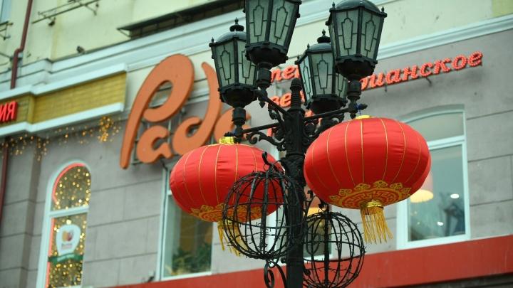На улице Вайнера повесили красные китайские фонари