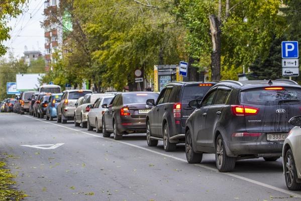 Возле Калининского районного суда на улице Богдана Хмельницкого часто возникает пробка