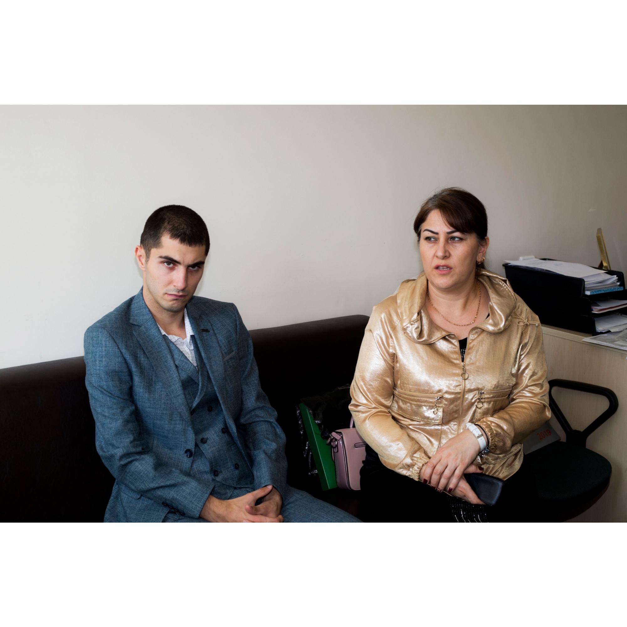По словам матери, Гошгар сам себя обслуживает в быту — в этом ему практически не нужна помощь близких. Но с коммуникацией могут быть проблемы — из-за болезни он почти не разговариват