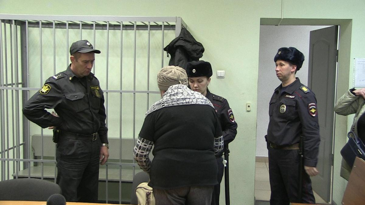 Женщину взяли под стражу в зале суда