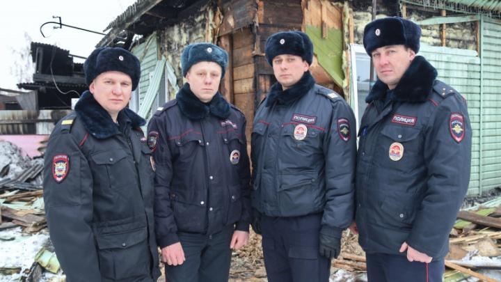 Полицейские вынесли двух обожжённых людей из горящего дома