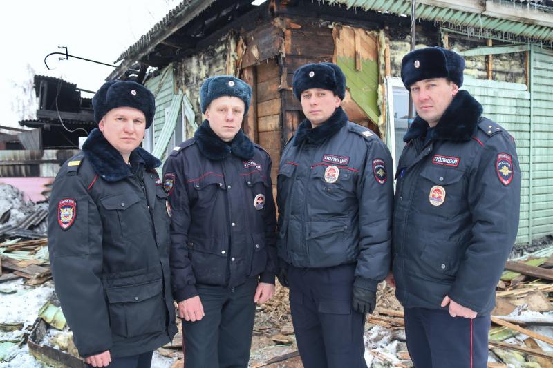 Пострадавших на пожаре стариков спаслиАндрей Земнухов, Алексей Огиенко, Сергей Пасканов и Никита Мацокин