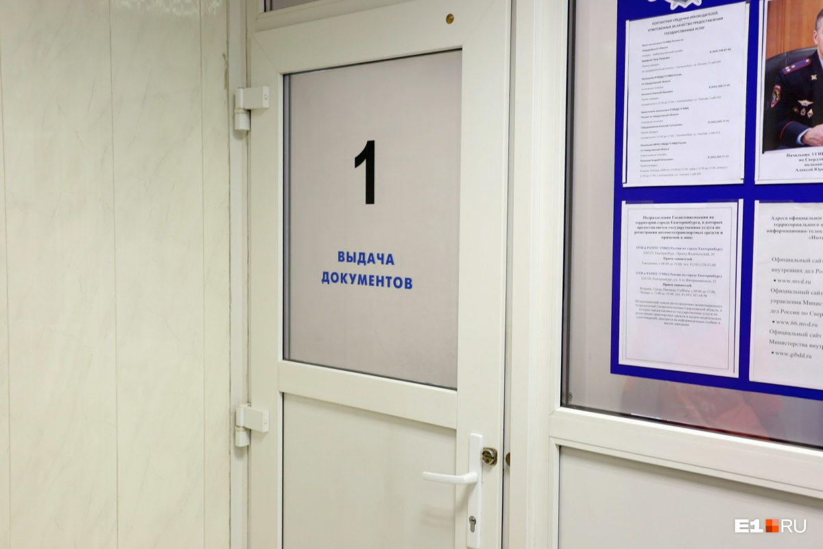Выдача номеров— в отдельной кабинке в углу помещения