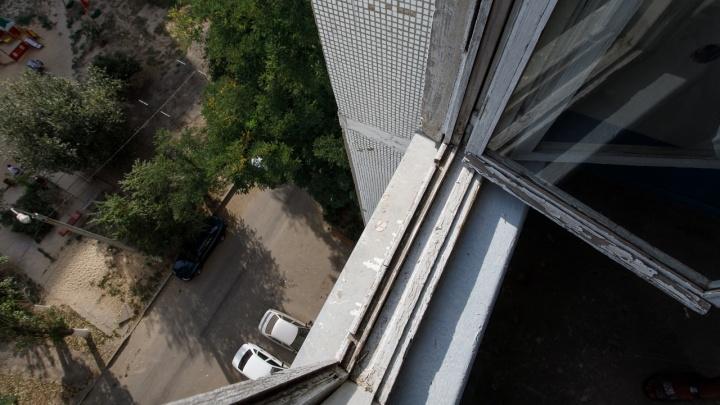 В Волгограде полуторагодовалый мальчик выпал из окна на бетонную плиту