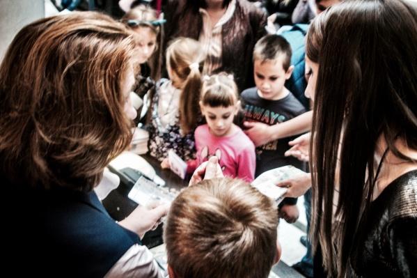 Попасть в тайные коридоры банка хотели и взрослые и дети