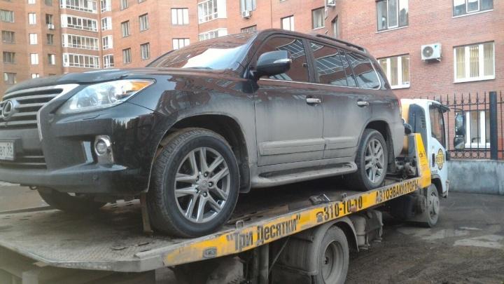 В Екатеринбурге арестовали Lexus управляющей компании, которая накопила 16 миллионов долгов