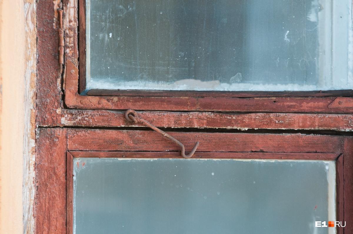 Крючки на рамах нужны для того, чтобы придерживать окна —они открываются наружу, а не внутрь