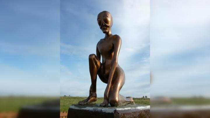 Алёшенька забронзовел: в Молёбке установили отреставрированный памятник инопланетянину