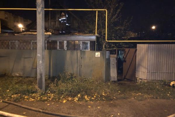 В сгоревшем доме обнаружили тела двух мужчин и двух женщин