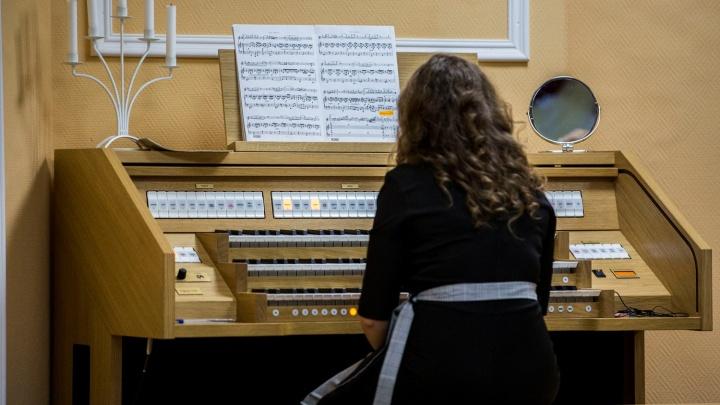 Новосибирских школьников начали учить игре на необычном музыкальном инструменте