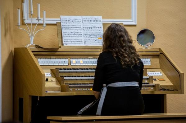 Электронный орган выглядит почти как традиционный, только без труб