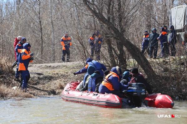 Тела мужчин вытащили спасатели