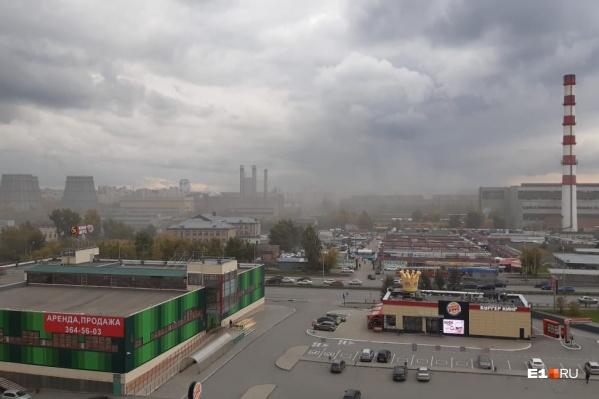 Территорию завода заволокло белым дымом