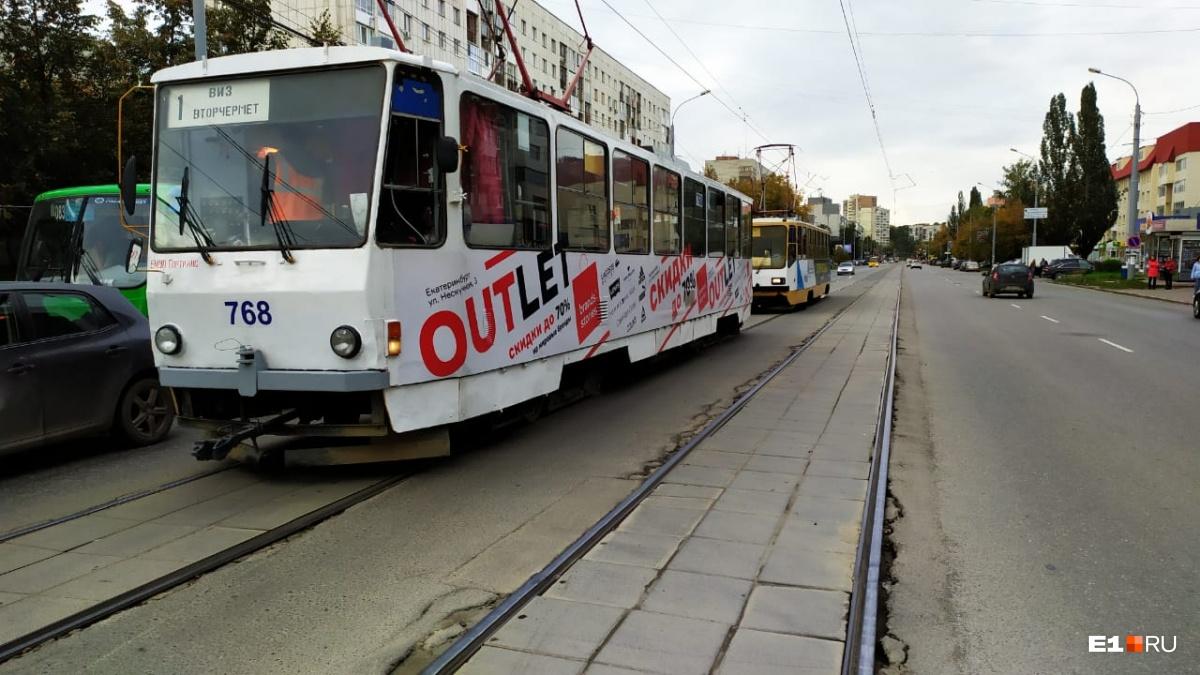 Трамваи встали в пробку