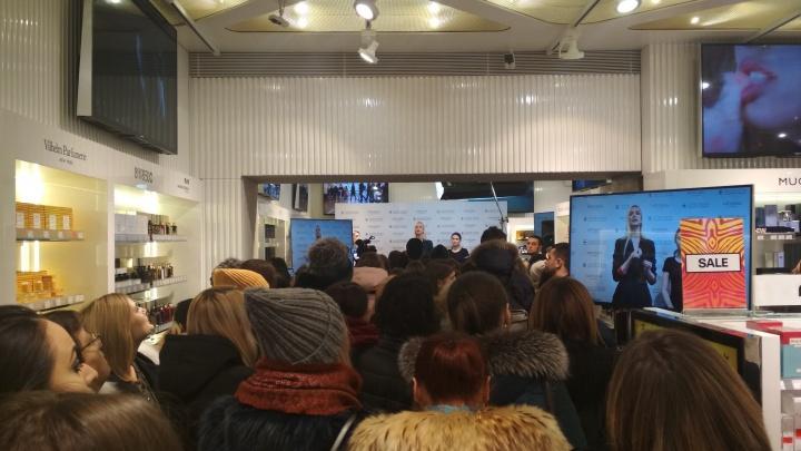 Сотня новосибирцев выстроилась в огромную очередь ради скидки на косметику