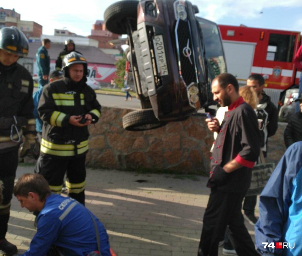На месте аварии работают медики и пожарные