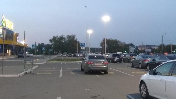 Я паркуюсь, как баран:смотрим, как паркуются «крузаки», полиция и странные такси