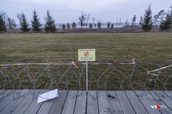 Ходить по газонам концессионер запрещает, но хранить отходы в парке себе позволяет