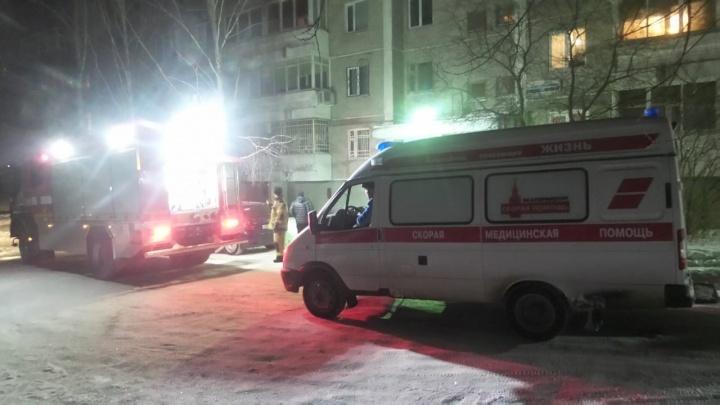 Во время пожара в жилом доме на Уктусе пострадала пенсионерка, ее увезли в больницу