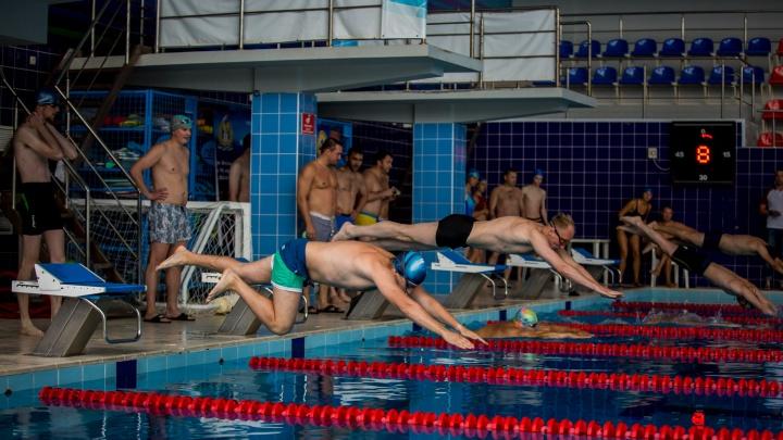Новосибирские депутаты в плавках устроили заплыв на скорость
