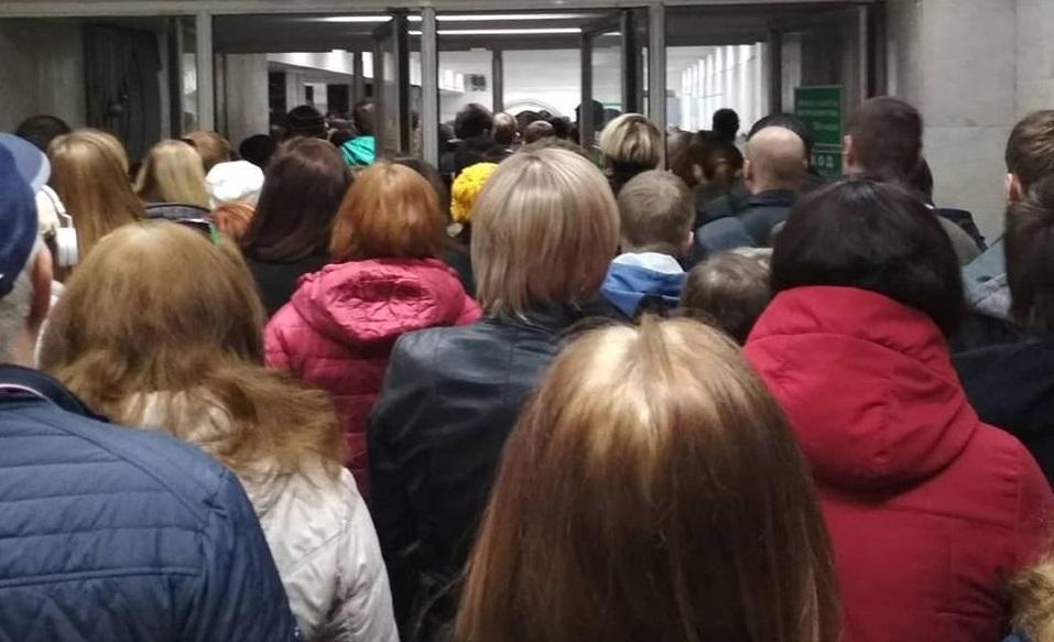 На станции метро «Проспект Космонавтов» пассажиры встали в огромные очереди из-за досмотра сумок