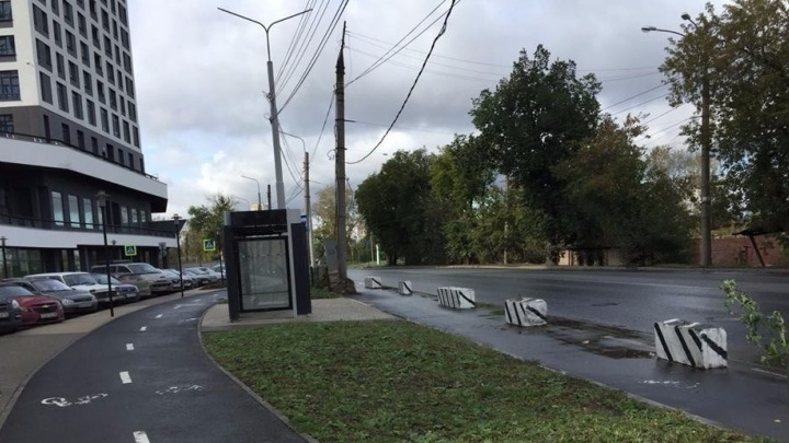 Автобусы и троллейбусы идут мимо: ГИБДД заблокировала тёплую остановку на Уктусе