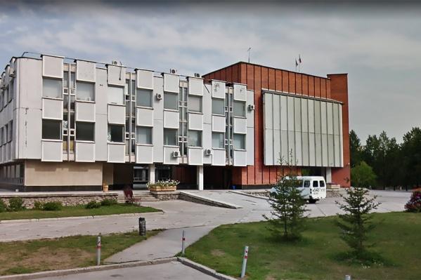 Обыски идут в здании районной администрации на проспекте Лаврентьева, 14