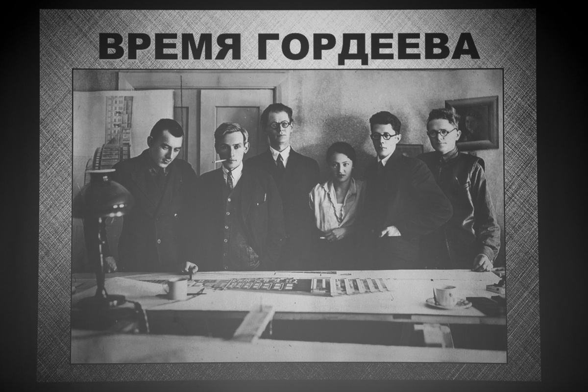 Борис Гордеев (на фото — третий слева) со своей группой работал на строительстве оперного театра, «Дома с часами» и руководил стройкой вокзала Новосибирск-Главный