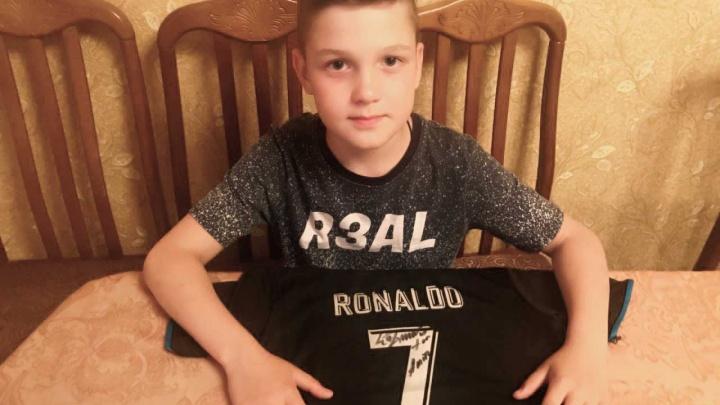«Охраняют круче президента»: челябинец заполучил два автографа Роналду на чемпионате мира по футболу