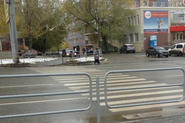 Челябинцы идут через Комсомольский проспект по старой памяти