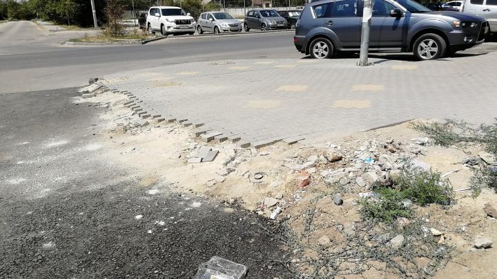 В Волгограде разбитая тротуарная плитка стала заложником старых труб