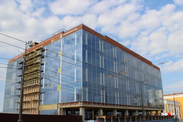 Здание стоит в таком виде больше года — с момента, когда отозвали разрешение на строительство