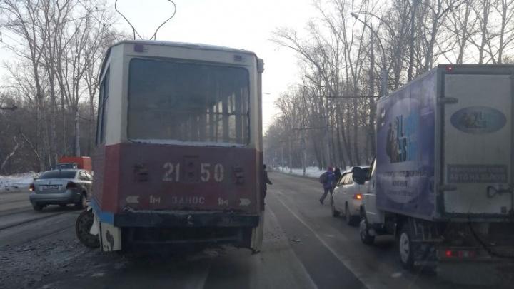 Отвалились колёса: на Сибиряков-Гвардейцев трамвай сошёл с рельсов