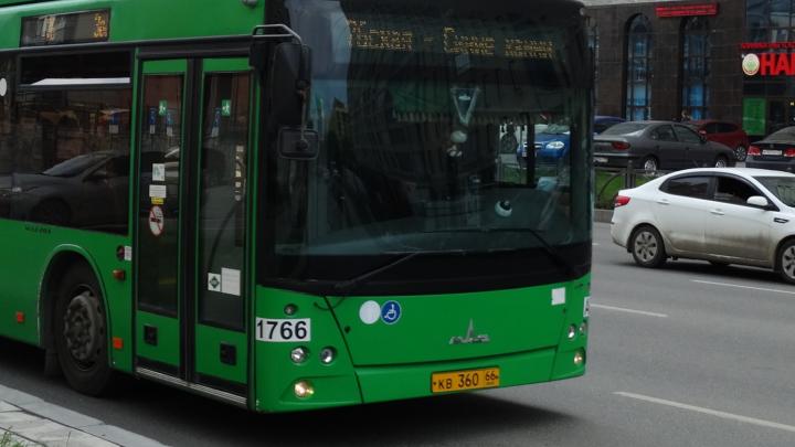 У Широкореченского кладбища автовладельцы выжили с конечной остановки муниципальные автобусы