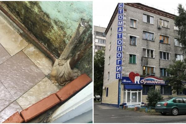 Жильцам пришлось огородиться кирпичами, чтобы не допустить попадания воды в коридор общежития