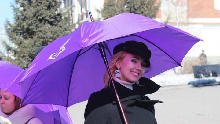 В Первомайском сквере появились девушки с фиолетовыми зонтами