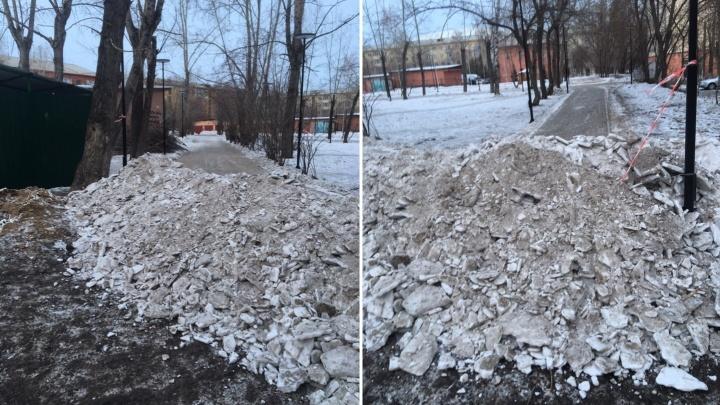 «Чтобы машины не ездили»: грудой счищенного снега перекрыли тротуар на Юности
