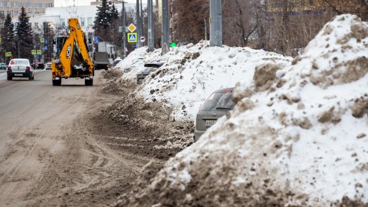 Кучи отговорок: челябинцы жалуются на снежные горы, заполонившие город. Когда уберут
