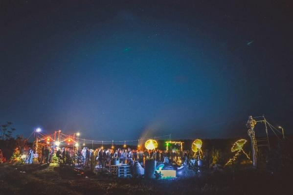 Одна из вечеринок Aktrue Fire Works под открытым небом в честь самой звёздной ночи